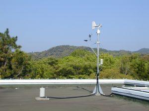 事務棟屋上に設置された気象観測装置